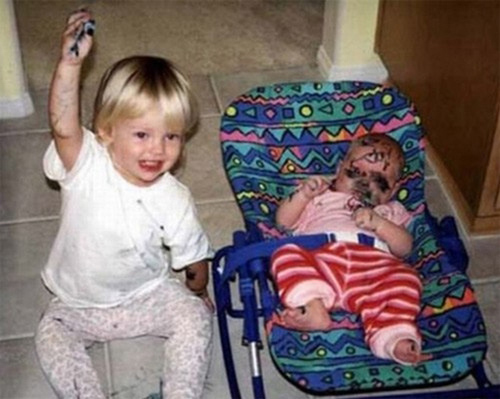 hình ảnh độc lạ hài hước: khi em bé trông em