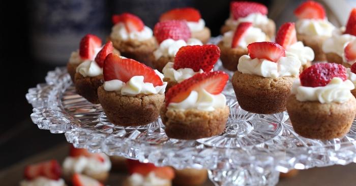 Bánh Cupcake sinh nhật Topping từ kem bơ và dâu tây được coi là loại topping cơ bản và dễ làm hơn cả