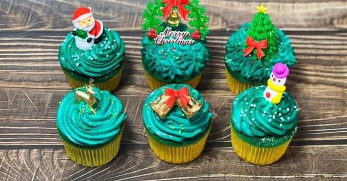 Các thành phần bánh sinh nhật được sử dụng phổ biến nhất bao gồm bột, đường, trứng, bơ hoặc dầu hoặc bơ thực vật, một chất lỏng và các chất men, như baking soda hoặc bột nở