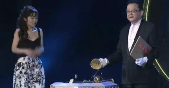 Cô gái mang chiếc bình cổ đi thẩm định bị MC chương trình đập vỡ: Chủ nhân bảo vật chết lặng!