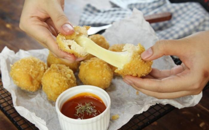 """Gà rán lotte gồm các món như: gà rán phần, gà sốt Pho mai, gà H&S, gà sốt đậu, chiccen tender... Là thương hiệu fastfood nổi tiếng của xứ sở Kim Chi, Lotteria là sự giao thoa hoàn hảo của văn hoá phương Đông và ẩm thực phương Tây. Bởi vậy, giữa vô vàn các thương hiệu đồ ăn nhanh trên thị trường Việt Nam, các sản phẩm của Lotteria vẫn giữ được chỗ đứng riêng trong lòng người tiêu dùng Việt. Đặc biệt, hương vị gà rán truyền thống của Lotteria với lớp bột chiên và gia vị bí truyền nhập khẩu từ Hàn Quốc chính là món ăn được """"réo tên"""" nhiều nhất tại đây. Gà rán KFC; Gà rán Loteria; Gà rán Popeyes;"""