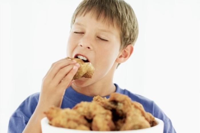 Gà ác là lựa chọn tuyệt vời cho những người có nồng độ Cholesterol trong máu cao. Theo nhiều nghiên cứu thịt gà đen có mức Cholesterol thấp hơn so với thịt gà trắng. Điều này có nghĩa là bạn có thể thường xuyên tiêu thụ gà ác mà không cần lắng về nồng độ Cholesterol cao. Những người bệnh tim, có nguy cơ bệnh tim nên thay thế thịt gà trắng bằng gà ác. Điều này có thể giảm lượng Cholesterol, tăng lượng máu đến não, ngăn ngừa các cơn đột quỵ. Gà ác tiềm thuốc bắc; Gà ác nấu cháo; Gà ác hầm;