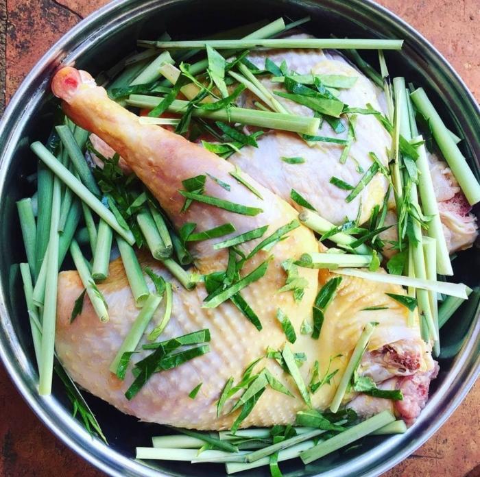 """Gà hấp muối recipe; gà hấp muối gừng; cách làm gà ủ muối... Thịt gà được hay còn gọi """"gà thuốc"""" chỉ nên sử dụng khi trẻ được 8 tháng tuổi trở lên. Ở đổ tuổi này, mẹ chỉ nên cho bé ăn với lượng nhỏ để cơ thể bé làm quen trước. Sau đó quan sát biểu hiện để phán đoán xem trẻ có bị dị ứng với gà ác không. Rồi tăng dần lượng thịt trong bữa ăn sau. Tuyệt đối không cho bé ăn dồn dập và nhiều một lúc. Với những trẻ từ 6 tháng thì mẹ chỉ sử dụng thịt gà ác như một thành phần phụ thêm cho món cháo, không nên dùng làm nguyên liệu chính"""