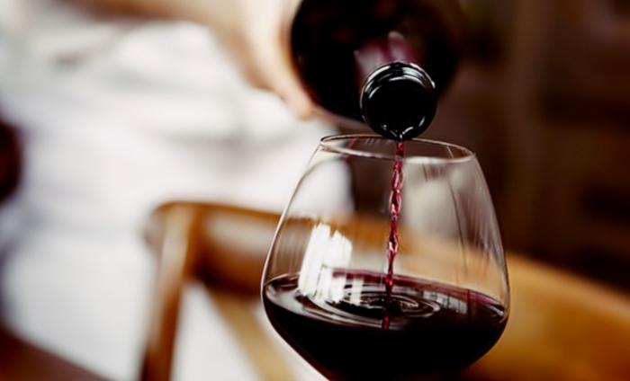 Rượu vang được làm từ nho lên men. Nho được hái, nghiền nát và đặt trong thùng để lên men. Quá trình lên men biến đường tự nhiên trong nước thành rượu. Tuy nhiên, quá trình lên men có thể để xảy ra một cách tự nhiên, nhưng đôi khi nó sẽ được kiểm soát bởi người làm rượu. Rượu vang đỏ; Rượu vang trắng;