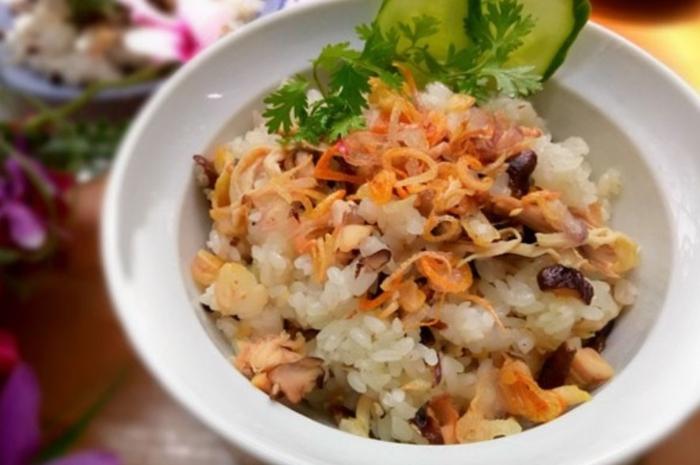 Món xôi gà béo ngậy thoảng thoảng vị thơm của nước cốt dừa sẽ là một món ăn...