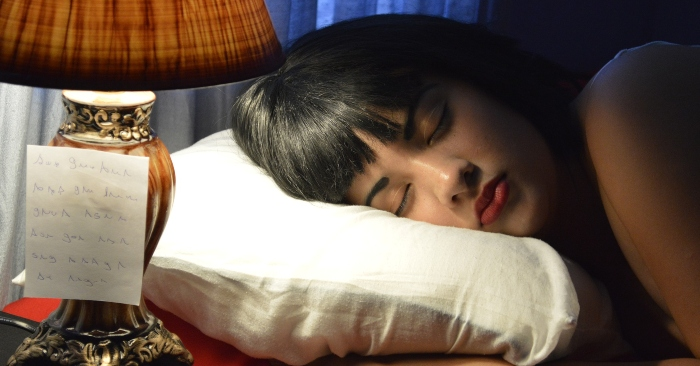 Mất ngủ tường xuyên sẽ khiến cơ thể luôn mệt mỏi, không tập trung; dùng gối lá cây đinh lăng hay các món ăn chế biến từ loại lá cây này giúp bạn cải thiện giấc ngủ hiệu quả.