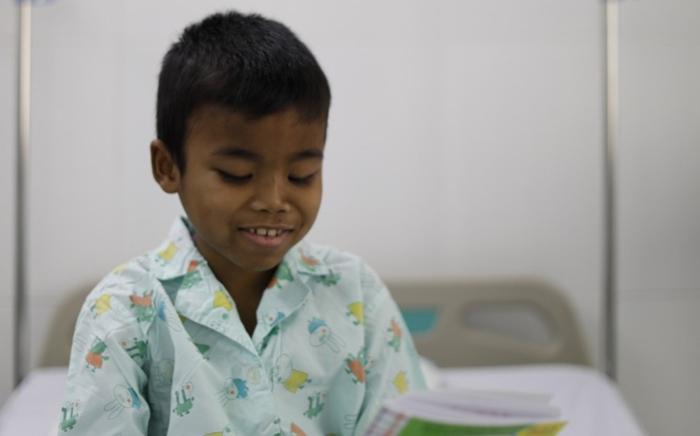 """TP.HCM: Cha """"chia"""" 1 quả thận cho con, sau ca phẫu thuật thần kỳ bé trai 9 tuổi có thể đi học lại"""