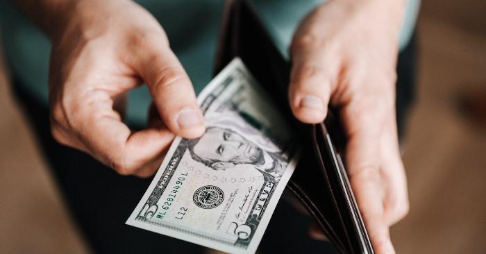 """Đồng đô la Mỹ hay Mỹ kim, USD (tiếng Anh: United States dollar), còn được gọi ngắn là """"đô la"""" hay """"đô"""", là đơn vị tiền tệ chính thức của Hoa Kỳ. Nó cũng được dùng để dự trữ ngoài Hoa Kỳ. Hiện nay, việc phát hành tiền được quản lý bởi các hệ thống ngân hàng của Cục Dự trữ Liên bang (Federal Reserve). Ký hiệu phổ biến nhất cho đơn vị này là dấu $. Mã ISO 4217 cho đô la Mỹ là USD"""