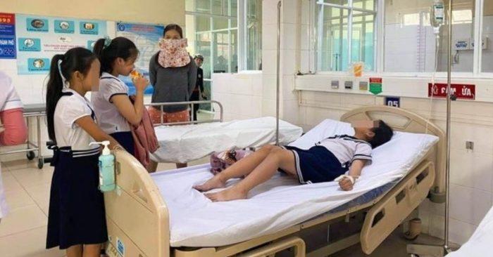 """Đà Nẵng: 32 học sinh tiểu học nhập viện sau khi dùng đồ chơi """"lạ"""" mua trước công trường"""