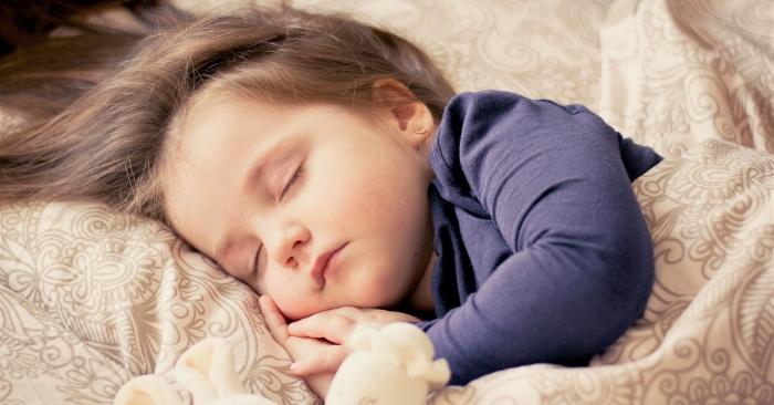 ở trẻ nhỏ có hai loại đổ mồ hôi trộm. là sinh lý và bệnh lý. Là sinh lý sẽ tự hết dần theo thời gian. Còn là ra mồ hôi trộm bệnh lý kèm theo các triệu chứng khác thì cha mẹ nên đưa trẻ đi khám sớm.