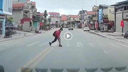 Khoảnh khắc đẹp của nữ sinh khi được nhường đường khiến tài xế ''ấm lòng''