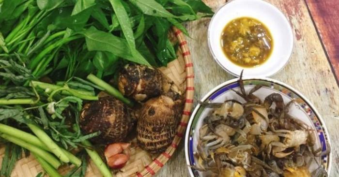Món canh cua khoai sọ rau rút là một trong những món ăn không thể thiếu trong bữa cơm ngày hè.
