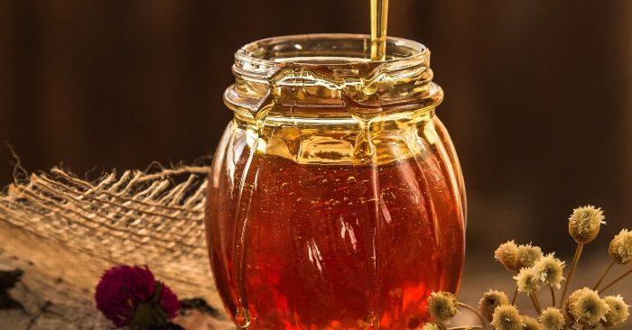 . Mật ong là phần chất ngọt do ong mật góp nhặt từ các bông hoa. Đây là thực phẩm được xếp vào loại chất làm ngọt tự nhiên; có chứa nhiều chất chống oxy hóa và có đặc tính kháng khuẩn có lợi cho sức khỏe