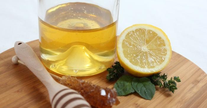 uống nước chanh ấm pha với honey rất tốt cho làn da và vóc dáng.