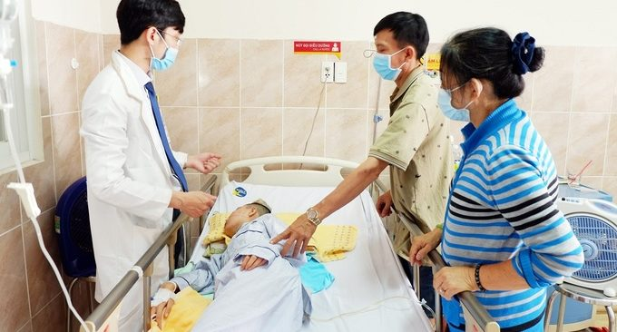 Bệnh nhân qua cơn nguy kịch sau phẫu thuật, tiếp tục điều trị. Ảnh do bệnh viện cung cấp.