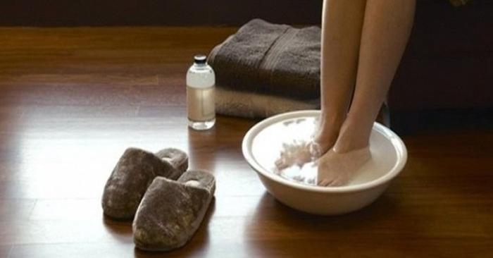 Ngâm chân với nước lá hay muối Kali alum sẽ khử mùi hôi chân hiệu quả. Giúp cơ thể thư thái khi ngâm chân với nước ấm thường xuyên (có thể thêm muối, gừng hay các loại lá)