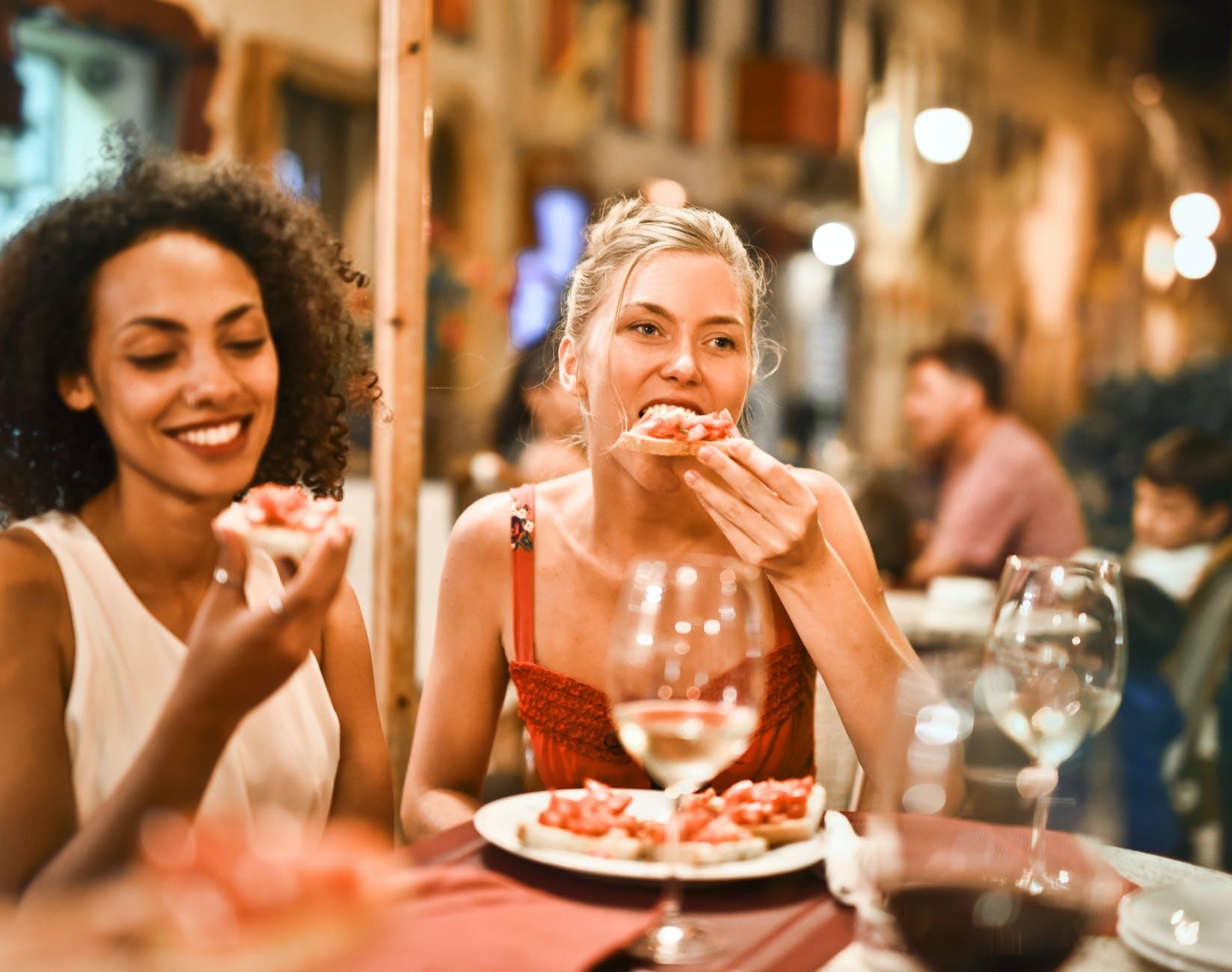 Cử chỉ, cách ăn uống thể hiện sự lịch sự; phép lịch sự tối thiểu ai cũng nên biết; phep lich su; phép lịch sự trong giao tiếp; phép lịch sự trong ăn uống