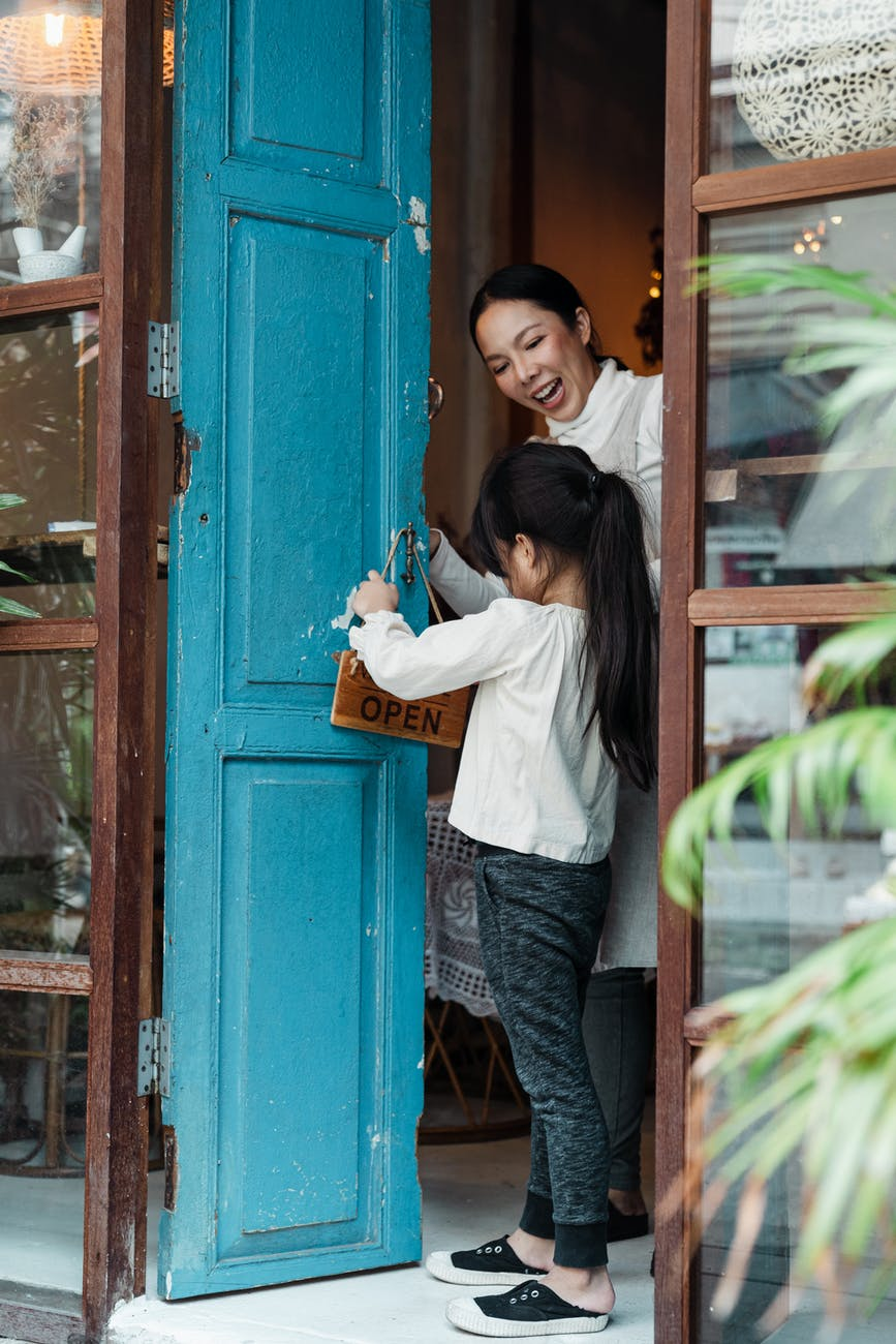 Biết giữ cửa cho người khác thể hiện sự lịch sự; phép lịch sự tối thiểu ai cũng nên biết; phep lich su; phép lịch sự trong giao tiếp; phép lịch sự trong ăn uống