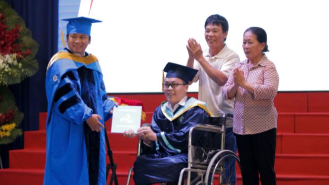 Tân kỹ sư Trường ĐH Bách khoa TP.HCM nhận bằng trên xe lăn