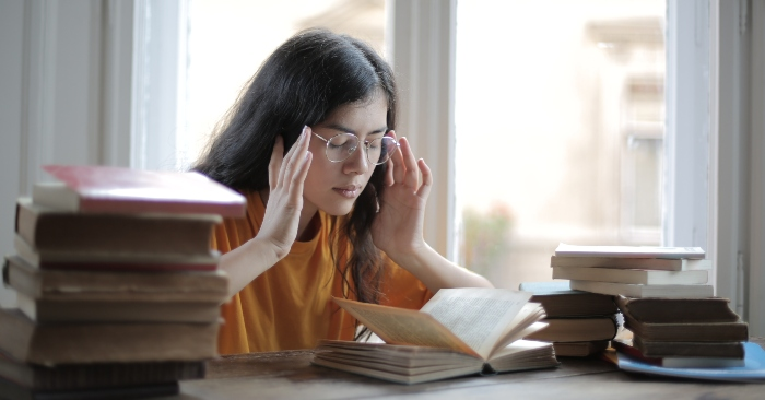 Khi thức khuya làm việc tập trung với các thiết bị điện tử, hay quá chăm chú vào đọc sách trong điều kiện ánh sáng không đảm bảo; sẽ khiến mắt bạn bị tổn thương nghiêm trọng.