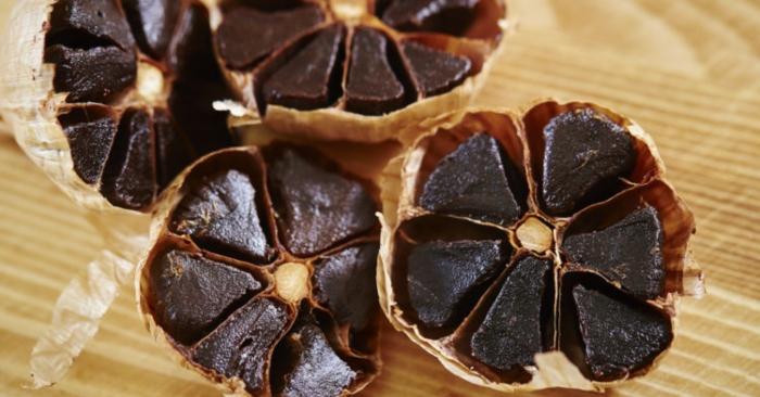 Tỏi đen là tỏi khô được chuyển màu đen từ tỏi trắng thông thường bằng phản ứng Maillard. Quá trình này được thực hiện bằng cách nung nóng toàn bộ củ tỏi với nhiệt độ khác nhau trong suốt vài tuần, một quá trình tạo ra nhân (tép tỏi) màu đen.