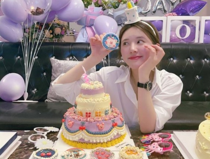 Triệu Lộ Tư bước chân vào làng giải trí khi tham gia chương trình Super Girl năm 2016 do Đài truyền hình Hồ Nam tổ chức