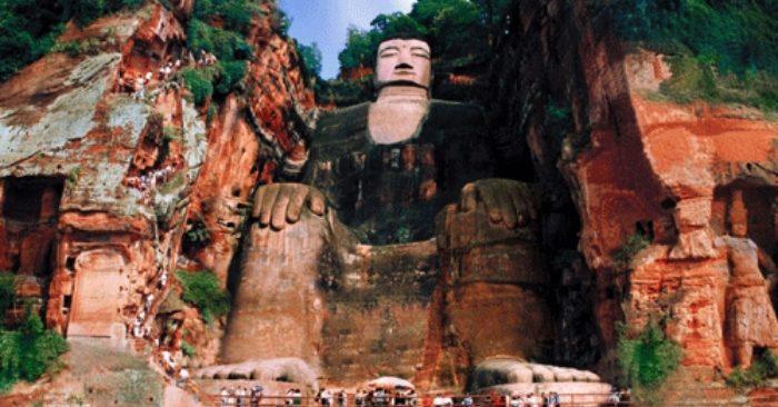 Tượng Lạc Sơn Đại Phật thần thánh toả ánh hào quang khắp núi Lăng Vân
