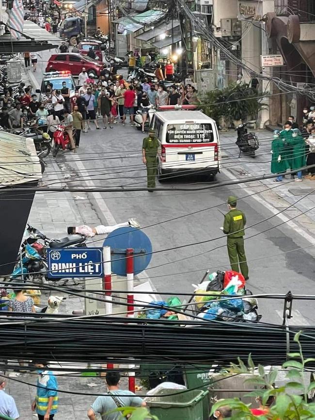 Clip: Nam thanh niên leo lên tầng thượng khách sạn giữa trung tâm Hà Nội rồi bất ngờ nhảy xuống đất tử vong tại chỗ - Ảnh 2.