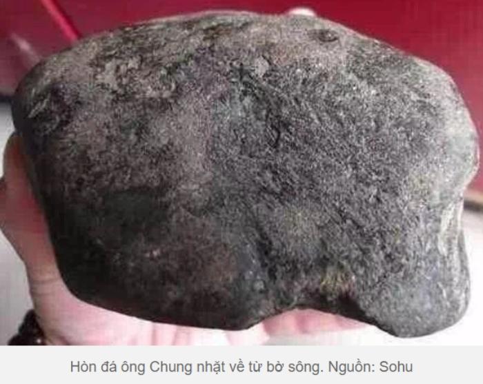 Cả gia đình ngỡ ngàng chứng kiến điều kỳ diệu khi trượt tay làm rơi hòn đá muối dưa 20kg