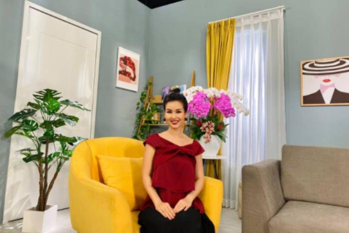 Ca sĩ Võ Hạ Trâm ăn chay trong suốt 30 tuần thai kỳ, khoe con gái giống y hệt bố và nặng 1,6kg