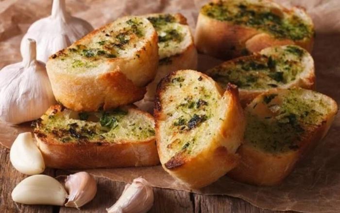 Làm bánh mì bơ tỏi bằng nồi chiên không dầu; Làm bánh mì bơ tỏi bằng chảo; Cách làm bánh mì bơ đường.