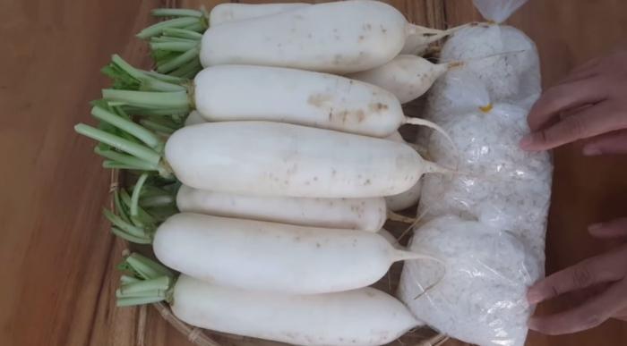 Sơ chế nguyên liệu cho cách làm củ cải muối xá bấu...Nguyên liệu làm củ cải muối chua ngọt;