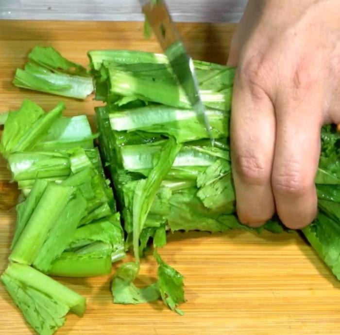 Sơ chế nguyên liệu cho cách nấu canh cải bẹ xanh...Nguyên liệu nấu canh cải bẹ xanh thịt bò;