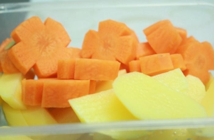 Cách nấu cà rốt với khoai tây; Với hàm lượng chất chống oxy hóa, beta carotene, các vitamin và khoáng chất dồi dào, cà rốt được xem là một trong những thực phẩm cực tốt cho sức khỏe chúng ta. Cà rốt làm tốt vai trò cải thiện thị lực, ngăn chặn tế bào ung thư, tốt cho bệnh tiểu đường, làm đẹp da.