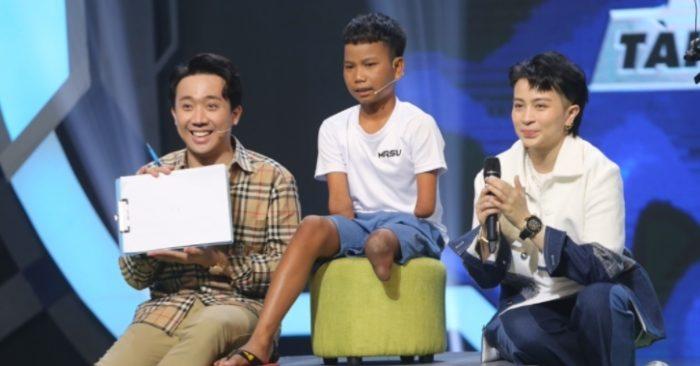 Nghệ sĩ Trấn Thành ngưỡng mộ cậu bé không tay, chỉ có 1 chân mê bóng đá