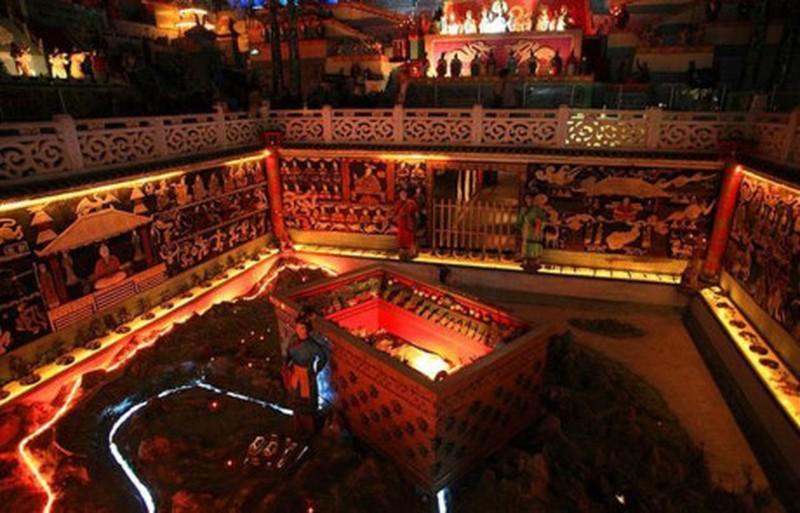 Lăng mộ Tần Thủy Hoàng gần giống như một kim tự tháp bằng đất cao 76 m và rộng gần 350 m². Cho đến nay lăng mộ này vẫn chưa được khai quật.