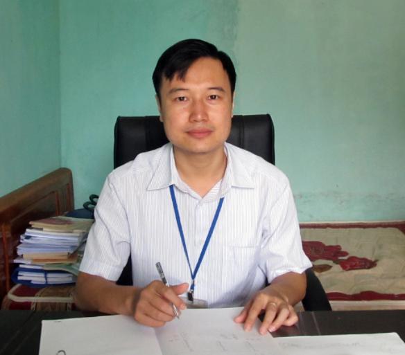 Thầy Phùng Anh Tuấn trong phòng làm việc đơn sơ (ảnh chụp màn hình báo Phú Thọ).
