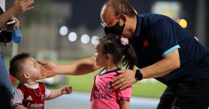 Hành động đốn tim CĐV của thầy Park trên sân UAE