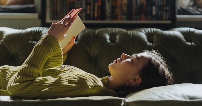 Đọc sách là một thói quen   giúp cho não bộ của bạn luôn khỏe mạnh và tránh lão hóa.