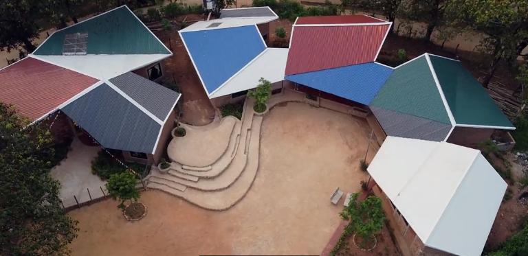 Ngôi trường xây từ sỏi dưới suối