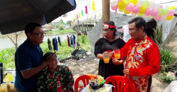 Nhờ sự động viên, giúp đỡ của hàng xóm và các mạnh thường quân, cả hai mới có một đám cưới thành vợ thành chồng (ảnh chụp màn hình YAN).