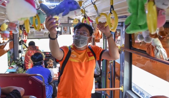 Video xe buýt đầy ắp thú bông ở TP.HCM: Phụ xe là cao thủ gắp thú!