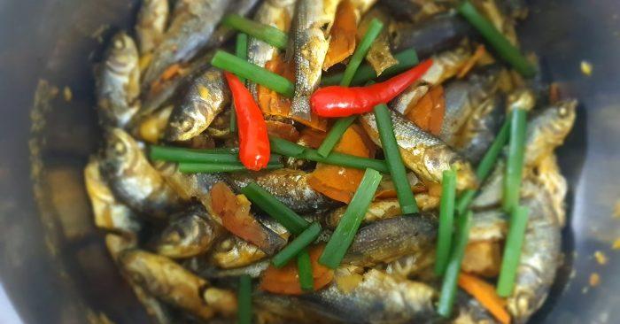 Cách làm cá linh kho nghệ và nước dừa thơm béo