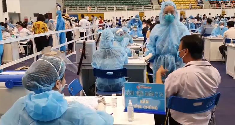 Tiêm vắc xin Covid-19 ở TP. HCM (ảnh chụp màn hình video trên báo Thanh Niên).