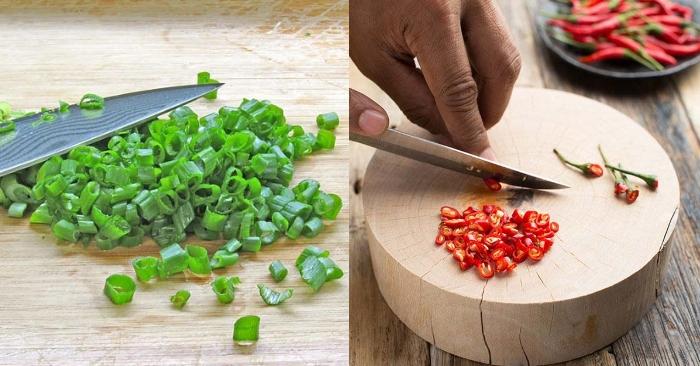 Cắt nhỏ hành lá, để riêng phần đầu trắng và phần lá. Tỏi đem bóc vỏ, băm nhuyễn. Ớt cắt lát mỏng.