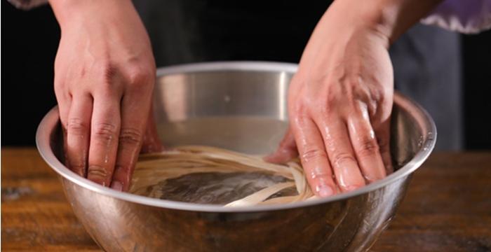 Cách nấu bánh tét truyền thống; gói bánh tét ngũ sắc; Cách làm bánh tét; Cách làm nhân đậu xanh bánh tét; Cách nấu bánh tét lá xanh.