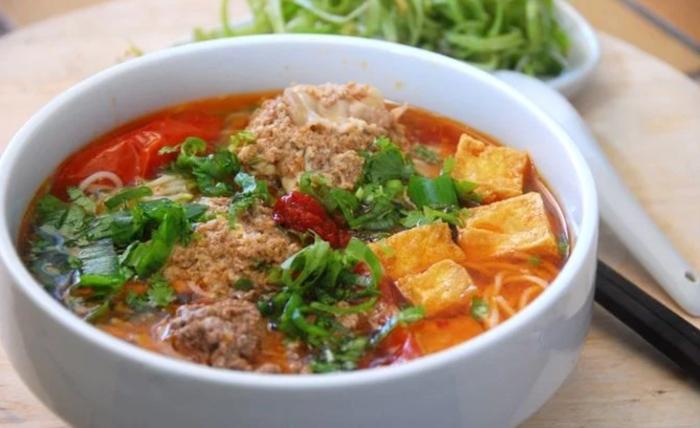 Kèm là sự kết hợp của phần riêu cua và thịt ghẹ, tôm khô; thịt nạc, trứng gà và riêu cua đồng là không thể thiếu.