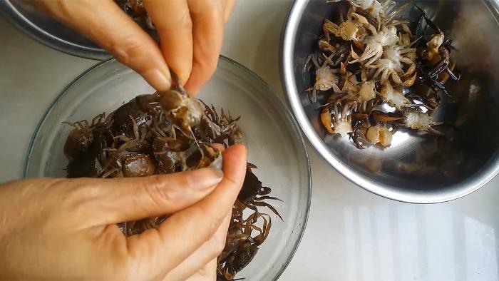 Bóc bỏ yếm cua, dùng thìa nạo phần gạch màu vàng của cua để riêng. Sau ướm cua với bột canh hoặc tiêu.