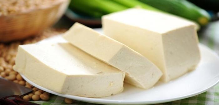 Cách chon đậu phụ ngon không có thạch cao: thường có màu trắng đục, phần ruột bện trong xốp, không cứng, 4 canh không quá vuông.