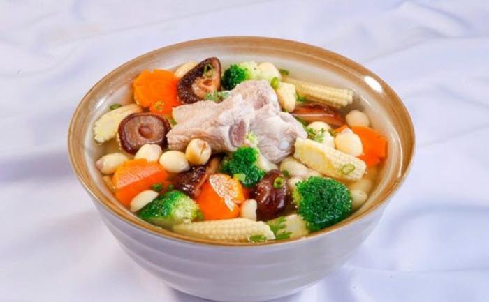 Tẩm bổ cho cả gia đình với món canh sườn hạt sen với những miếng sườn tươi ngon giàu dinh dưỡng và vị bùi bùi của hạt sen.